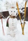 Χειμερινός χιονάνθρωπος με το μαντίλι και να κάνει σκι Χιονάνθρωπος Χριστουγέννων στο καπέλο με το σωλήνα καπνών Στοκ Εικόνες