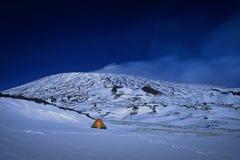Χειμερινό άγριο στρατόπεδο Etna στο πάρκο τη νύχτα, Σικελία στοκ φωτογραφίες