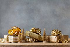 Χειμερινό έμβλημα με το δώρο Χριστουγέννων ή τα παρούσες κιβώτια και τις διακοσμήσεις διακοπών στο ξύλινο υπόβαθρο χαιρετισμός κα στοκ φωτογραφίες