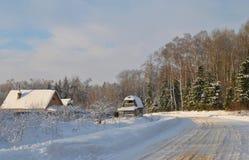 Χειμερινό αγροτικό τοπίο στο ρωσικό χωριό μια ηλιόλουστη ημέρα Στοκ Φωτογραφία