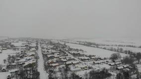 Χειμερινό αγροτικό τοπίο, χιονοπτώσεις Ομαλή πτήση κατ' ευθείαν μπροστά, 4k απόθεμα βίντεο