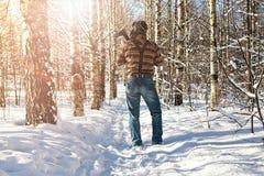 Χειμερινό δασικό άτομο σημύδων με το τσεκούρι Στοκ Εικόνα