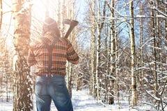 Χειμερινό δασικό άτομο σημύδων με το τσεκούρι Στοκ εικόνα με δικαίωμα ελεύθερης χρήσης