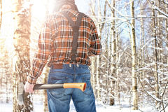 Χειμερινό δασικό άτομο σημύδων με το τσεκούρι Στοκ Φωτογραφία