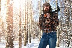 Χειμερινό δασικό άτομο σημύδων με το τσεκούρι Στοκ Εικόνες