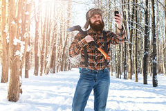 Χειμερινό δασικό άτομο σημύδων με το τσεκούρι Στοκ φωτογραφία με δικαίωμα ελεύθερης χρήσης