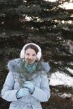 χειμερινό δάσος κοριτσιώ& Στοκ Φωτογραφίες