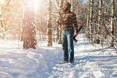Χειμερινό δασικό άτομο σημύδων με το τσεκούρι Στοκ Φωτογραφίες