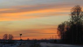 Χειμερινό ηλιοβασίλεμα και ένας δρόμος Στοκ εικόνες με δικαίωμα ελεύθερης χρήσης