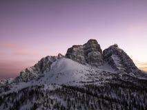 Χειμερινό ηλιοβασίλεμα πέρα από τους δολομίτες Στοκ Εικόνες