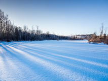 Χειμερινό ηλιοβασίλεμα πέρα από το αγρόκτημα χωρών Α στοκ εικόνα