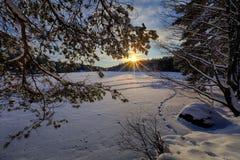 Χειμερινό ηλιοβασίλεμα στη λίμνη Στοκ Εικόνες