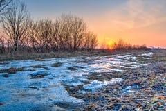 Χειμερινό ηλιοβασίλεμα στον τομέα Στοκ φωτογραφία με δικαίωμα ελεύθερης χρήσης