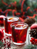 Χειμερινό καυτό sangria ή θερμαμένο κρασί με τα μήλα, τα πορτοκάλια, το ρόδι και την κανέλα Χριστουγέννων αντιγράφων διακοσμήσεων Στοκ Εικόνες