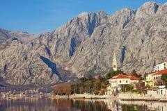 Χειμερινό μεσογειακό τοπίο Μαυροβούνιο, κόλπος Kotor, άποψη της πόλης παραλιών Dobrota Στοκ Φωτογραφίες