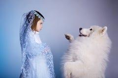 Χειμερινό μικρό κορίτσι με το σκυλί, σύμβολο του νέου έτους Στοκ εικόνα με δικαίωμα ελεύθερης χρήσης