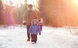Χειμερινό πάρκο κάτω από το χιόνι Περίπατος πρωινού Ιανουαρίου μέσω για στοκ φωτογραφία με δικαίωμα ελεύθερης χρήσης