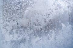 Χειμερινό παγωμένο άσπρο παγωμένο σχέδιο στο πλακάκι γυαλιού στοκ εικόνες