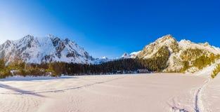 Χειμερινό πανόραμα της παγετώδους λίμνης σε υψηλό Tatras, Σλοβακία Στοκ φωτογραφίες με δικαίωμα ελεύθερης χρήσης