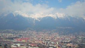 Χειμερινό πανόραμα της όμορφων ευρωπαϊκών πόλης και των βουνών που καλύπτονται με το χιόνι απόθεμα βίντεο