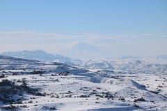 Χειμερινό πανόραμα των αρμενικών mounatians με μέγιστο Ararat στο υπόβαθρο Στοκ εικόνα με δικαίωμα ελεύθερης χρήσης