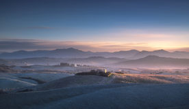 Χειμερινό πανόραμα Volterra, κυλώντας λόφοι και τομείς στο μπλε sunse στοκ φωτογραφία με δικαίωμα ελεύθερης χρήσης