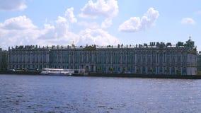 Χειμερινό παλάτι στις τράπεζες του Neva απόθεμα βίντεο