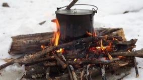 Χειμερινό πεζοπορώ: μια μικρή φωτιά στο δάσος και ένα δοχείο στην πυρκαγιά απόθεμα βίντεο