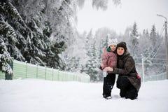 Χειμερινό πορτρέτο της νέας μητέρας Στοκ Εικόνες