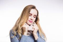 Χειμερινό πορτρέτο της νέας όμορφης ξανθής γυναίκας που φορά το πλεκτό φιλέ Χριστούγεννα, άνετος, έννοια μόδας Το ευτυχές κορίτσι στοκ εικόνες