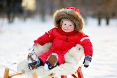 Χειμερινό πορτρέτο του μικρού παιδιού Στοκ Φωτογραφία