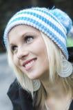 Χειμερινό πορτρέτο του όμορφου χαμογελώντας κοριτσιού Στοκ Φωτογραφίες