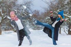 Χειμερινό πορτρέτο των θηλυκών φίλων μόδας Έννοια αγάπης και φιλίας για πάντα Στοκ φωτογραφία με δικαίωμα ελεύθερης χρήσης