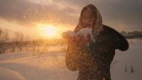 Χειμερινό πορτρέτο snowflakes και του χαμόγελου όμορφα νέα γυναικών φυσώντας σε σε αργή κίνηση στο μαγικό ηλιοβασίλεμα 1920x1080 φιλμ μικρού μήκους