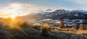 Χειμερινό πρωί ενάντια στην άνοιξη στοκ εικόνες