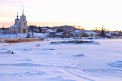 Χειμερινό πρωί στο βόρειο χωριό Στοκ εικόνα με δικαίωμα ελεύθερης χρήσης