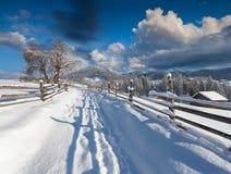 Χειμερινό πρωί στο ορεινό χωριό Στοκ εικόνες με δικαίωμα ελεύθερης χρήσης