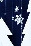Χειμερινό σκούρο μπλε υπόβαθρο με διακοσμητικά snowflakes Στοκ Φωτογραφίες