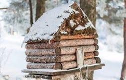 Χειμερινό σπίτι για τα πουλιά στο δέντρο Στοκ Φωτογραφίες