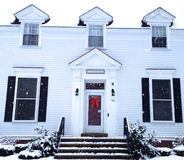 Χειμερινό σπίτι μια χιονώδη ημέρα Στοκ Φωτογραφία