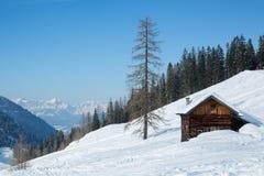Χειμερινό σπίτι στο χειμερινό χιονώδες τοπίο Στοκ φωτογραφίες με δικαίωμα ελεύθερης χρήσης