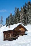 Χειμερινό σπίτι στο χειμερινό χιονώδες τοπίο Στοκ φωτογραφία με δικαίωμα ελεύθερης χρήσης