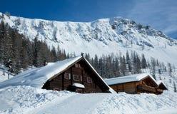 Χειμερινό σπίτι στο χειμερινό χιονώδες τοπίο Στοκ Εικόνες