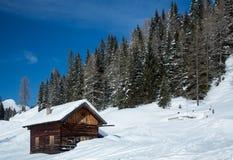 Χειμερινό σπίτι στο χειμερινό χιονώδες τοπίο Στοκ εικόνες με δικαίωμα ελεύθερης χρήσης