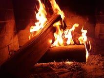 Χειμερινό σπίτι φλογών ξύλων εστιών πυρκαγιάς Στοκ εικόνες με δικαίωμα ελεύθερης χρήσης