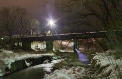 Χειμερινό τοπίο, η γέφυρα μέσω του ποταμού, πυροβολισμός νύχτας Στοκ Εικόνες