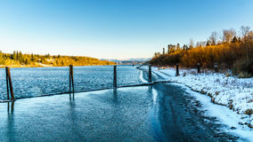 Χειμερινό τοπίο κατά μήκος του ποταμού Fraser κοντά στην ιστορική πόλη του οχυρού Langley Στοκ Εικόνες