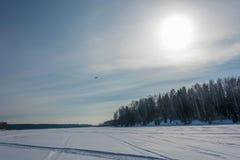 Χειμερινό τοπίο με ένα ελικόπτερο λαμβάνοντας υπόψη ένα περίγραμμα στοκ φωτογραφία με δικαίωμα ελεύθερης χρήσης