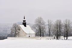 Χειμερινό τοπίο με ένα όμορφο παρεκκλησι κοντά στο κάστρο Veveri Πόλη Δημοκρατίας της Τσεχίας του Μπρνο Το παρεκκλησι της μητέρας Στοκ Εικόνες