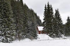 Χειμερινό τοπίο με μια μικρή ξύλινη καλύβα Στοκ Φωτογραφία